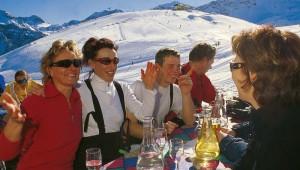 ROBINSON Club Arosa Apres Ski mit tollem Ausblick auf die Berge und Skipisten