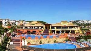 ALDIANA Alcaidesa Überblick über die große Poolanlage und das Hotel