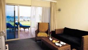 ALDIANA Zypern Doppelzimmer Wohnraum, Sofa, TV und Terrasse mit Meerblick