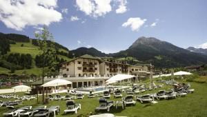 ROBINSON Club Amade große Liegewiese und Pool mit tollem Ausblick