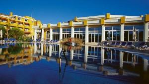 ROBINSON Club Nobilis großer Pool und Hotelgebäude