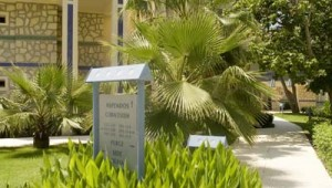 ROBINSON Club Pamfilya großzügige Gartenanlage mit Hinweisschildern