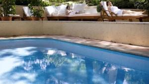 ROBINSON Club Pamfilya elegantger Pool mit Liegen in der Gartenanlage