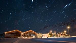 ROBINSON Club Alpenrose Zürs bei Nacht und Sternenklarer Himmel