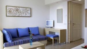 ROBINSON Club Daidalos Sitzecke im Doppelzimmer Typ 1 mit Schreibtisch