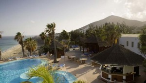 ROBINSON Club Esquinzo Playa Pool und Poolbar mit Meerblick am Strand