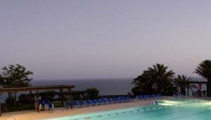 ROBINSON Club Esquinzo Playa Pool mit direktem Meerblick am Abend