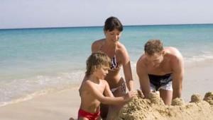 ROBINSON Club Esquinzo Playa Sanburg bauen mit den Kindern am Strand