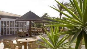 ROBINSON Club Esquinzo Playa Terrasse mit Sitzplätzen und Gartenblick