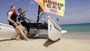 ROBINSON Club Esquinzo Playa Segeltörn mit dem Katamaran auf dem Meer