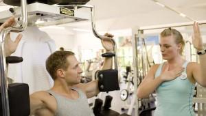 ROBINSON Club Esquinzo Playa Fitnessraum mit Geräten und Personal Trainer