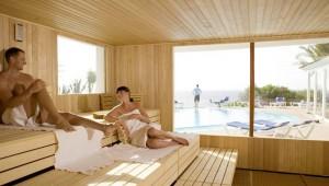 ROBINSON Club Esquinzo Playa Sauna mit Ausblick auf den Pool und Garten