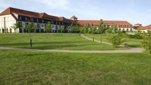 ROBINSON Club Fleesensee Ansicht des Clubgebäude mit Parkanlage