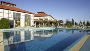 ROBINSON Club Fleesensee großer Pool mit Liegen und Sonnenschirmen
