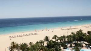 ROBINSON Club Jandia Playa Strand und Pool mit Liegen und Schirmen