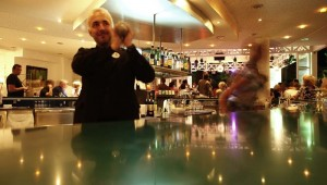 ROBINSON Club Jandia Playa Barkeeper an der Bar in der Discothek