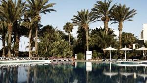 ROBINSON Club Jandia Playa Pool und Gartenanlage mit Palmen und Liegen