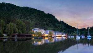 ROBINSON Club Landskron bei Sonnenuntergang direkt am Ossiacher See
