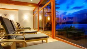 ROBINSON Club Landskron Entspannungsbereich mit Blick auf den See