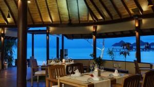 ROBINSON Club Malediven romantisches Dinner im Restaurant mit Meerblick