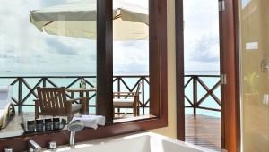 ROBINSON Club Malediven Badezimmer mit Terrasse und Blick aufs Meer