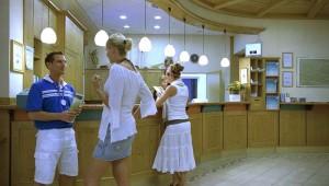 ROBINSON Club Schlanitzen Alm Eingangshalle mit Rezeption und Check-In
