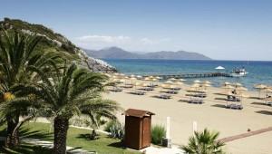 ROBINSON Club Sarigerme Park breiter Strand mit Liegen und Sonnenschirmen