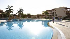 ROBINSON Club Soma Bay Haupthaus und großzügiger Pool mit Palmen
