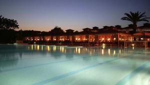 ROBINSON Club Apulia beleuchteter Pool und Restaurant am Abend