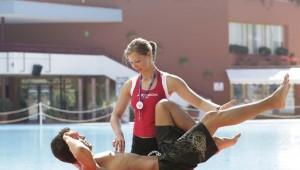ROBINSON Club Apulia Gymnastik und Sportprogramm am Pool mit Coach
