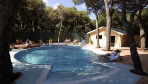 ROBINSON Club Apulia Relaxpool im Garten des WellFit Wellnessbereich