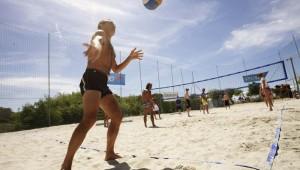 ROBINSON Club Apulia Sportprogramm mit Gästen bei Beachvolleyball am Meer