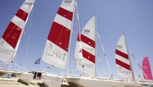 ROBINSON Club Apulia Katamarane am Strand für einen Segeltörn
