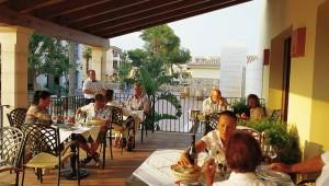 ROBINSON Club Cala Serena Restaurant mit Terrasse und Blick in den Garten
