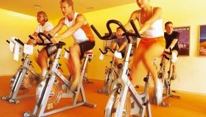 ROBINSON Club Cala Serena Spinning im Fitnessraum mit Personal Trainer