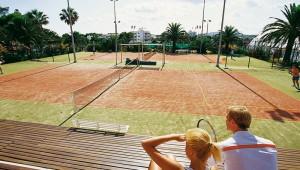 ROBINSON Club Cala Serena mit Zwei Tennishrtplätzen und Tribüne