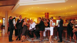 ROBINSON Club Cala Serena Themenabend an der Bar am Abend
