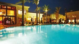ROBINSON Club Cala Serena Pool und Hotelgebäude bei Nacht