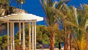 ROBINSON Club Cala Serena Pool mit Blick auf das Meer und die Bucht