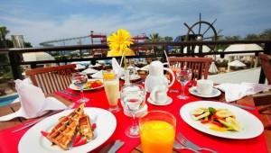 CLUB MAGIC LIFE Waterworld Imperial leckere Gerichte im Restaurant mit Meerblick