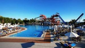 CLUB MAGIC LIFE Waterworld Imperial großer Pool mit Liegen und Schirmen