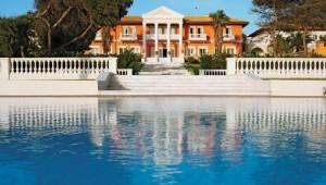 GRECOTEL Mandola Rosa Suites und Villas Überblick Haupthaus und Pool