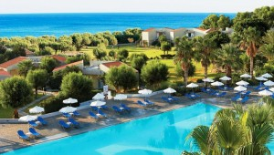 GRECOTEL Rhodos Royal Überblick über die Anlage mit Pool und Meer