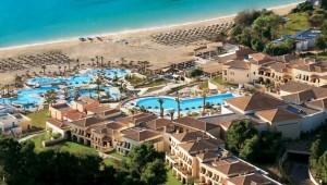 GRECOTEL Olympia Oasis Überblick über den Pool und das Meer mit Strand