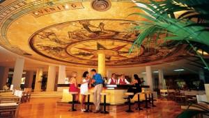 GRECOTEL Rhodos Royal großzügige Bar mit Barkeepern direkt neben der Lounge