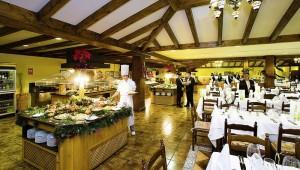 FUN CLUB Isabel reichhaltiges Buffet mit leckeren Speisen im großen Restaurant