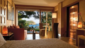 GRECOTEL Cape Sounio Deluxe Bungalow Wohnraum mit Terrasse und Garten