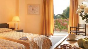 GRECOTEL Pella Beach Doppelzimmer mit Balkon und Ausblick auf den Garten