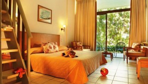 GRECOTEL Rhodos Royal Familienzimmer mit Terrasse und Gartenblick