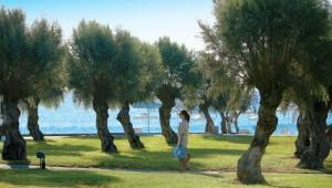 GRECOTEL Rhodos Royal Gartenanlage mit Ausblick auf das Meer